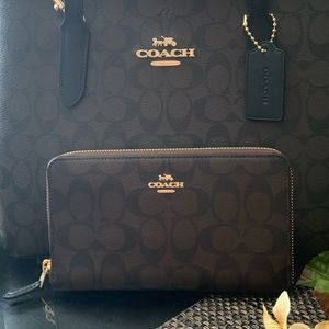 (๑˃̵ᴗ˂̵) 🌻 Coach Signature Zip Wallet